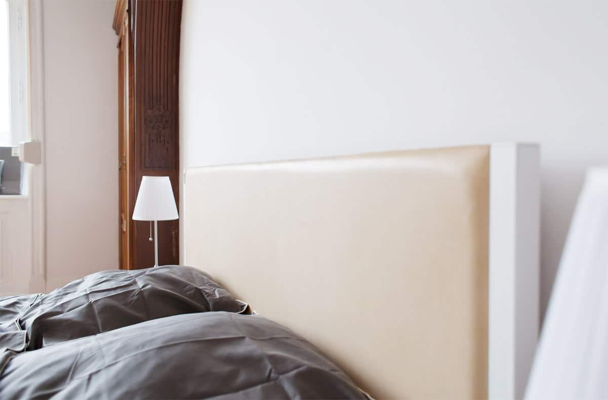 eine perfekte Kombination aus massiver Eiche, pulverbeschichteten Stahl und einer Rückwand aus rhabarber gegerbten Leder