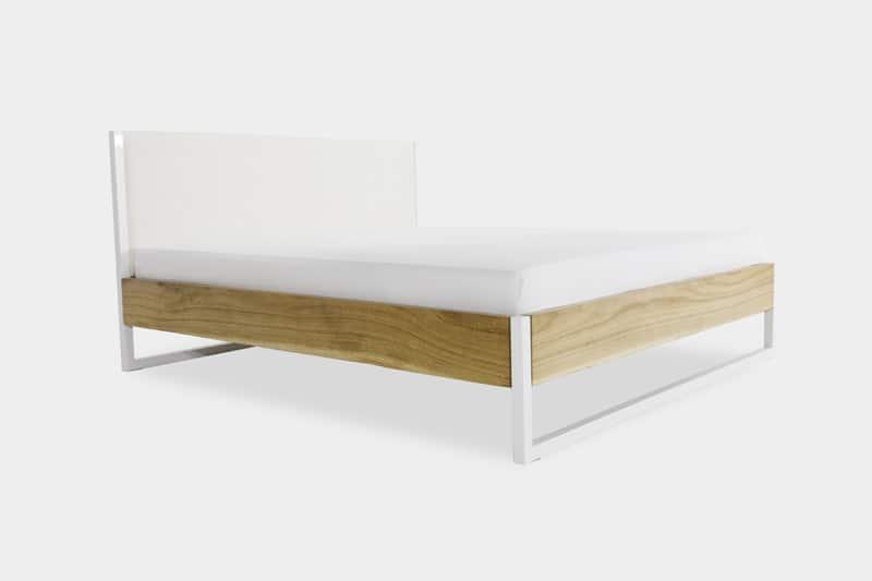 schräge Ansicht des Bettes aus Stahl, Eichen Massivholz und der mit Baumwolle bezogenen Rückwand