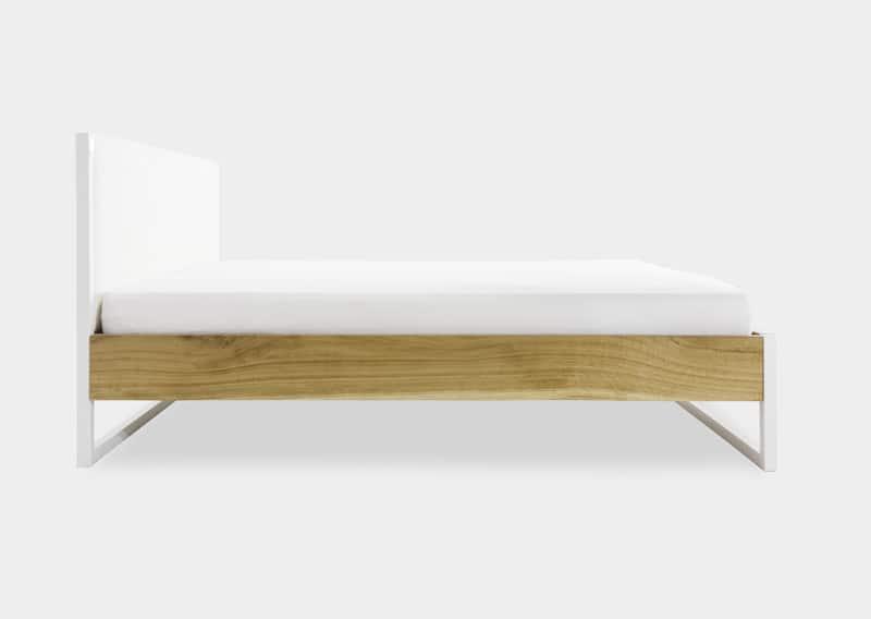 Seitenansicht des Bettes aus Stahl, Eichen Massivholz und der mit Baumwolle bezogenen Rückwand