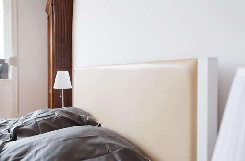 eine perfekte Kombination aus massiver Eiche, pulverbeschichteten Stahl und einer Rückwand aus rhabarber gegerbten Echt-Leder