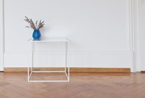 minimalistisch Beistelltisch aus Stahl und Glas, perfekt für jeden Loft