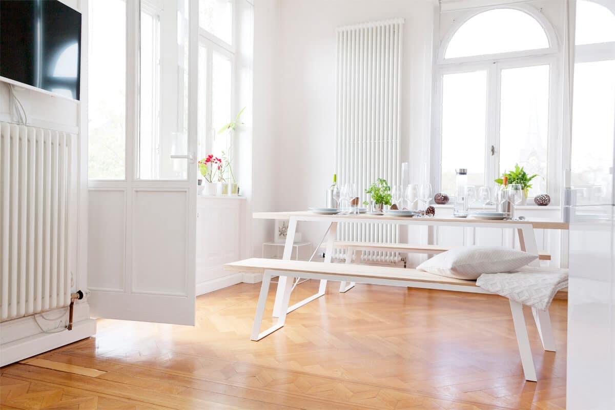 ein Designer Massivholztisch aus Massivholz und Stahl, kombinierbar aus verschiedenen Hölzern wie Eiche, Buche, Esche oder Kiefer, nutzbar als Esstisch, Bürotisch, Besprechungstisch und Arbeitstisch