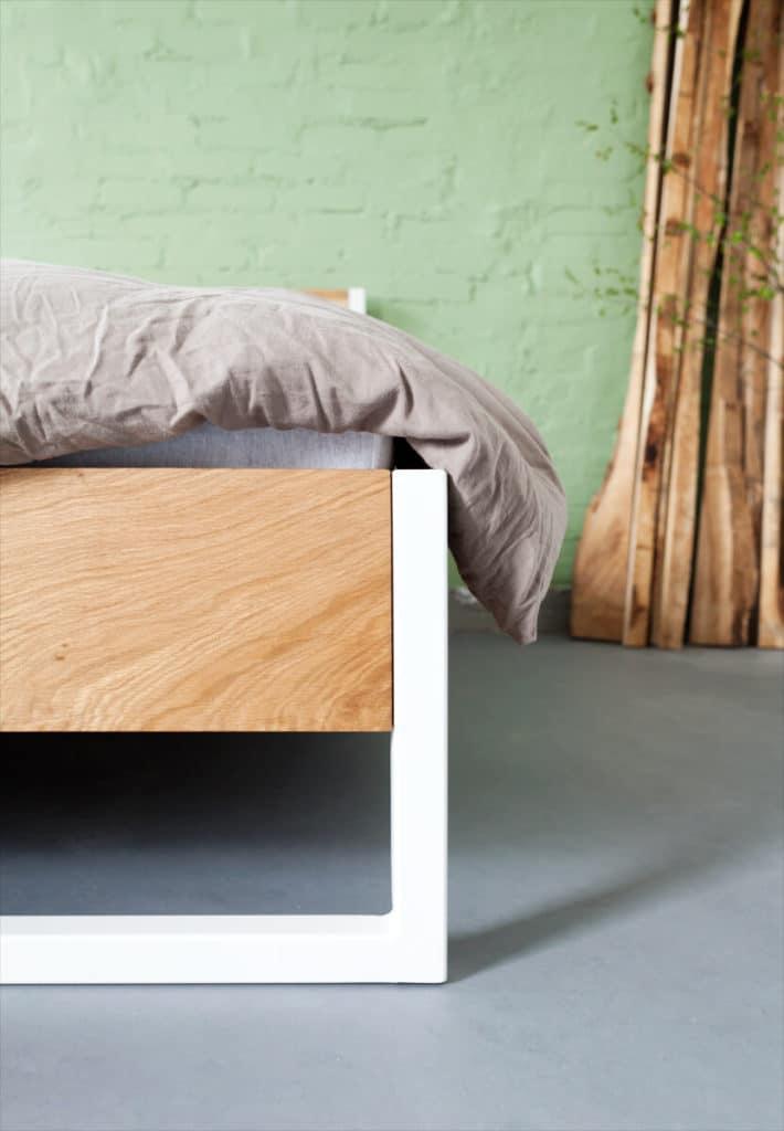 das Nature Oak Bett aus Massivholz Eiche, Buche, Esche oder Kiefer, mit einem pulverbeschichteten Stahl, Bettgestell und Echtholz vereint, passend in jedes Schlafzimmer und jeden Loft