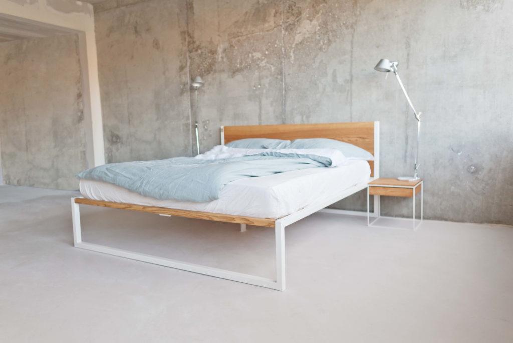 das B18 Bett aus Massivholz Esche mit einem pulverbeschichteten Stahl, Bettgestell und Echtholz vereint, passend für Industrial Loft, Designer Studio, Stahlgestell für dein Studio, Massivholzbett, Stahlbett, Designbett, Designerbett