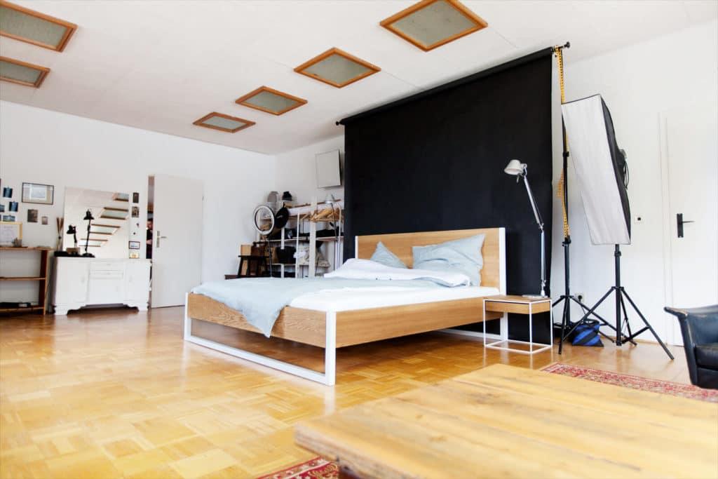 das Nature Ash Bett aus Massivholz Esche mit einem pulverbeschichteten Stahl, Bettgestell und Echtholz vereint, passend für Industrial Loft, Designer Studio, Stahlgestell für dein Studio, Massivholzbett