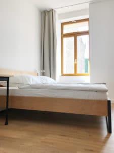 N51E12_Green_Residence_Loft_Frankfurt_Design_Bett_Massivholz_Massivholzbett_Stahl_Loft_Vintage_Bett_Buche_Ral7016_Anthrazit_