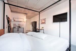 N51E12_Green_Residence_Loft_Leipzig_Design_Bett_Massivholz_Massivholzbett_Stahl_B18_Eiche _Himmelbett_Ral9005_Tiefschwarz_