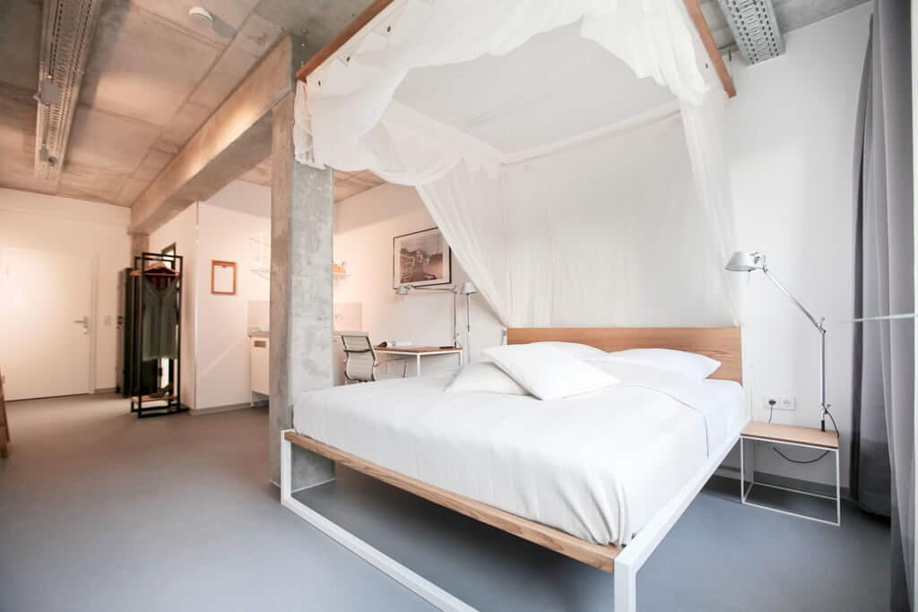 N51E12_Green_Residence_Loft_Leipzig_Design_Bett_Massivholz_Massivholzbett_Stahl_Nature_Ash_Bett_Esche_Ral9010_Reinweiss_