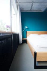 N51E12_Green_Residence_Loft_Leipzig_Design_Bett_Massivholz_Massivholzbett_Stahl_Nature_Ash_Bett_Esche_Ral9005_Tiefschwarz_