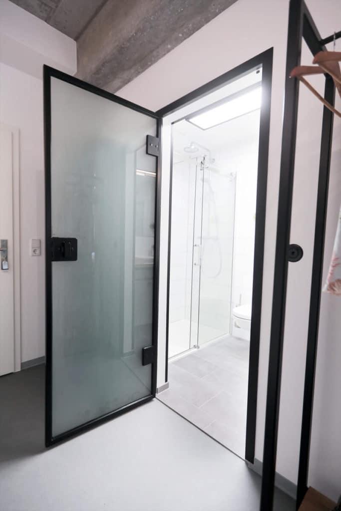 Stahl Glas Tür, Stahl Loft Tür, Raumteiler aus Glas und Stahl, Plexiglas, moderne Architektur, Innendesign, Innenarchitektur, Bauhaus Design, Filigran, Eisen, Apartment, Hotel, N51E12