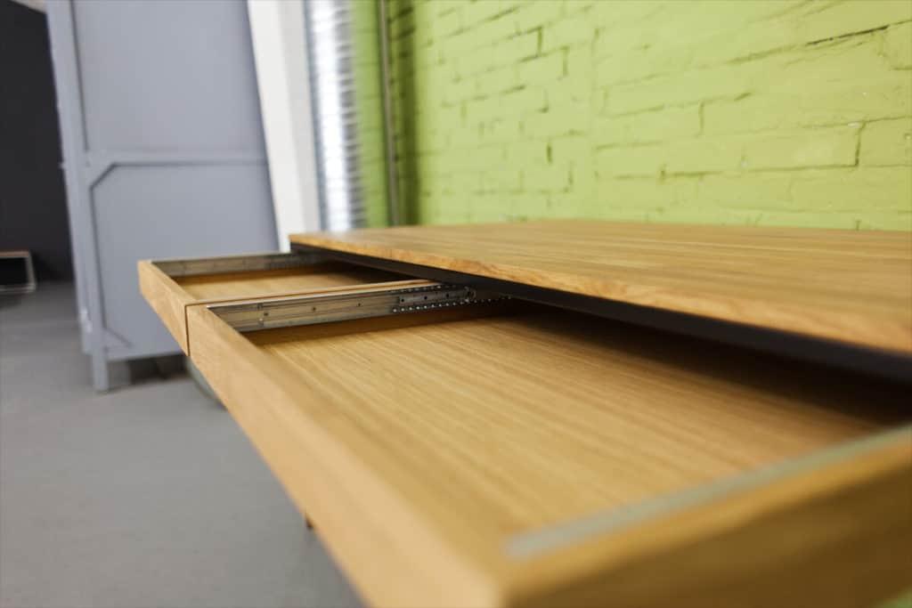 Design Schreibtisch aus Massivholz Eiche und Stahl, perfekt für jedes Office als Bürotisch oder Arbeitstisch, viel Stauraum dank den aufgehängten Schubladen