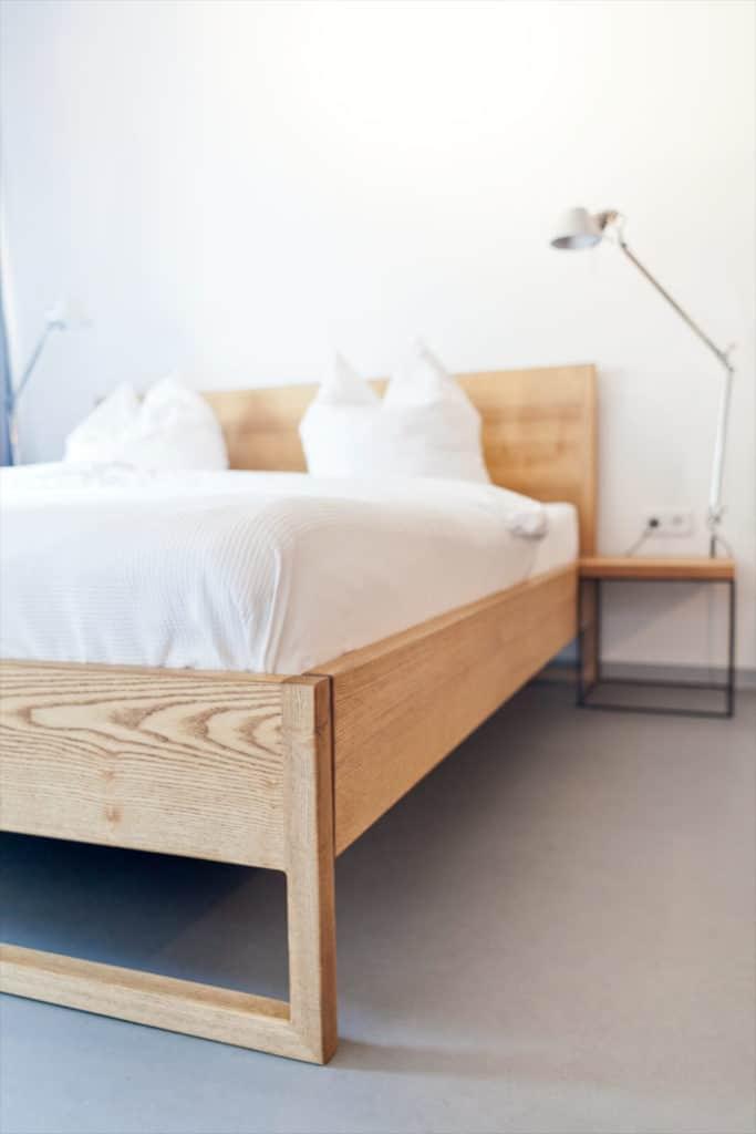 Nature Oak Bett - Stahl Loft Bett - Massivholzbett passend für das Schlafzimmer, Doppelbett aus Massivholz Eiche, Designerbett von Desigern aus Dessau, Himmelbett, Betthimmel, Massivholzbett individuell hergestellt, Dessauer Werke, Villa
