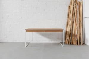 Design Schreibtisch aus Massivholz und Stahl, Tisch für das Büro, individuell hergestellter Bürotisch mit Kabelkanal und Kabeldurchlass