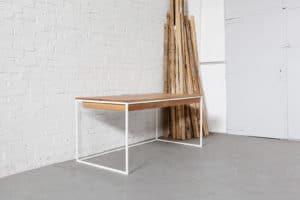Design Schreibtisch aus Massivholz und Stahl, Tisch für das Büro, individuell hergestellter Bürotisch mit Kabelkanal und KabeldurchlassDesign Schreibtisch aus Massivholz und Stahl, Tisch für das Büro, individuell hergestellter Bürotisch mit Kabelkanal und Kabeldurchlass