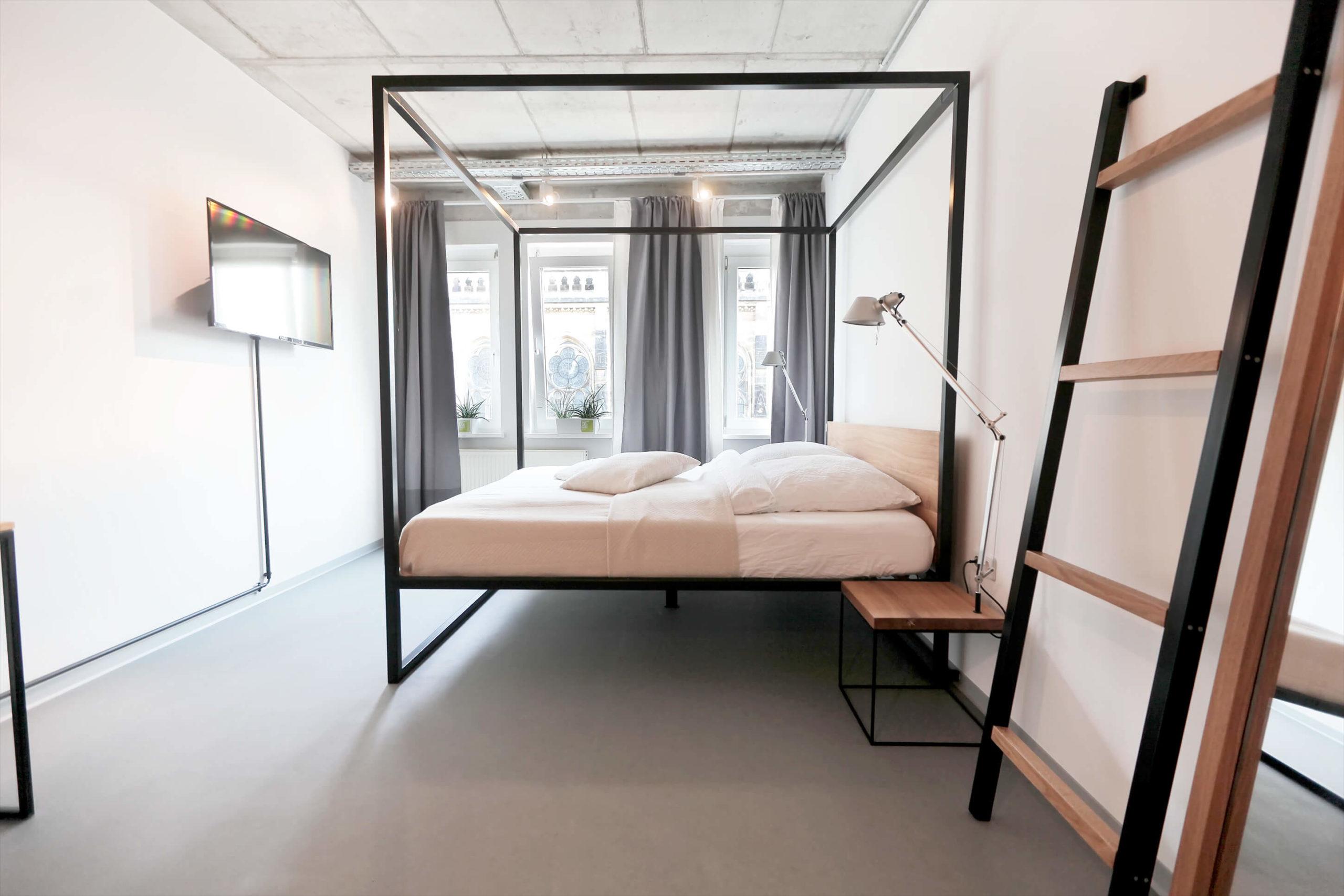 N51E12 Massivholzbett aus Massivholz Eiche und Stahl, Himmelbett im Loft, Loftbett, Betthimmel aus Stahl