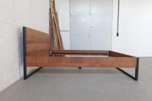 N51E12 Loft Vintage Industrial Bett Massivholz Buche, Bettgestell aus Stahl, Doppelbett, Designbett, Loftbett