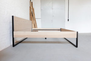 N51E12 Familienbett aus Massivholz Esche, Massivholzbett kombiniert mit Stahlrahmen, Doppelbett, Übergröße Bett, Designbett, Loftbett, Loft, Bauhaus Bett