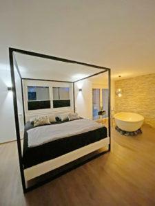 Himmelbett mit Baumwollbespannung, Polsterbett aus Massivholz und Stahl, Betthimmel, Loftbett, Loft, Bett 200x200, Schlafzimmer, Doppelbett