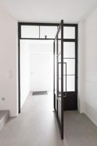 N51E12 Stahl Loft Tür, Pivottür, Einzeltür, Schwingtür, Bauhaus, Bauhaus Design, Glastrennwand, Design, Loft, Stahlrahmen, Stahl, Loft Door, Steel Loft Door, industrial Design mit Oberlicht und festen Seitenteil