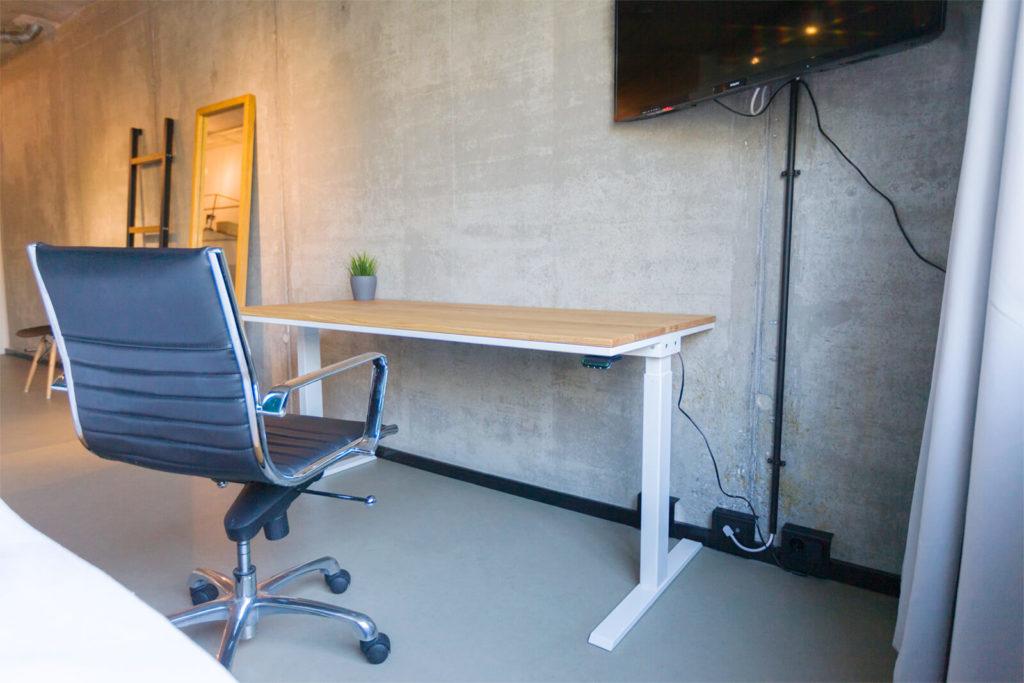 N51E12 Pure Design Schreibtisch aus Massivholz Eiche und Stahl, elektrisch höhenverstellbar, Loft Tisch, Stahlgestell, Metallrahmen, Designtisch, Loft, Bauhaus, Design