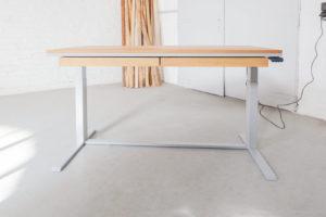 N51E12 Smart elektrisch höhenverstellbarer Schreibtisch aus Massivholz Eiche und Stahl, Stahlrahmen, Stahlgestell, Metall, Metallrahmen, Office, Schreibtisch, Bürotisch, Lofttisch, Loft, 140x80, RAL 9006 Weissaluminium