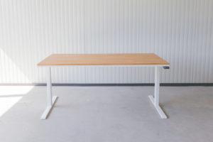 N51E12 Pure Design Schreibtisch aus Massivholz Eiche und Stahl, elektrisch höhenverstellbar, Loft Tisch, Stahlgestell, Metallrahmen, Designtisch, Loft, Bauhaus, Design, 160x90