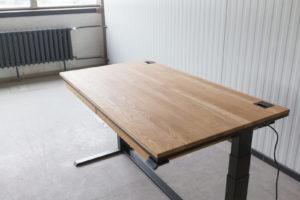 N51E12 Smart elektrisch höhenverstellbarer Schreibtisch aus Massivholz Eiche und Stahl, Stahlrahmen, Stahlgestell, Metall, Metallrahmen, Office, Schreibtisch, Bürotisch, Lofttisch, Loft, 140x80, RAL 9005 Tiefschwarz