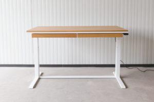 N51E12 Smart elektrisch höhenverstellbarer Schreibtisch aus Massivholz Eiche und Stahl, Stahlrahmen, Stahlgestell, Metall, Metallrahmen, Office, Schreibtisch, Bürotisch, Lofttisch, Loft, 140x80, RAL 9016 Verkehrsweissv