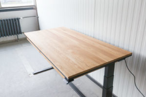 N51E12 Smart elektrisch höhenverstellbarer Schreibtisch aus Massivholz Eiche und Stahl, Stahlrahmen, Stahlgestell, Metall, Metallrahmen, Office, Schreibtisch, Bürotisch, Lofttisch, Loft, 160x80, RAL 9005 Tiefschwarz