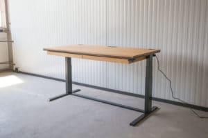 N51E12 Smart elektrisch höhenverstellbarer Schreibtisch aus Massivholz Eiche und Stahl, Stahlrahmen, Stahlgestell, Metall, Metallrahmen, Office, Schreibtisch, Bürotisch, Lofttisch, Loft, 160x80, RAL 9005 Tiefschwarzv