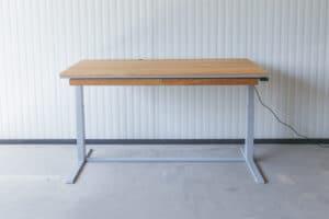N51E12 Smart elektrisch höhenverstellbarer Schreibtisch aus Massivholz Eiche und Stahl, Stahlrahmen, Stahlgestell, Metall, Metallrahmen, Office, Schreibtisch, Bürotisch, Lofttisch, Loft, 160x90, RAL 9006 Weissaluminium