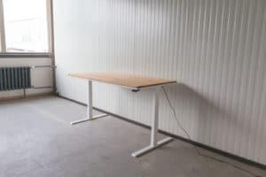 N51E12 Pure Design Schreibtisch aus Massivholz Eiche und Stahl, elektrisch höhenverstellbar, Loft Tisch, Stahlgestell, Metallrahmen, Designtisch, Loft, Bauhaus, Design, 160x80