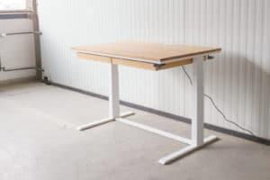 N51E12 Smart elektrisch höhenverstellbarer Schreibtisch aus Massivholz Eiche und Stahl, Stahlrahmen, Stahlgestell, Metall, Metallrahmen, Office, Schreibtisch, Bürotisch, Lofttisch, Loft, 120x80, RAL 9010 Reinweiss